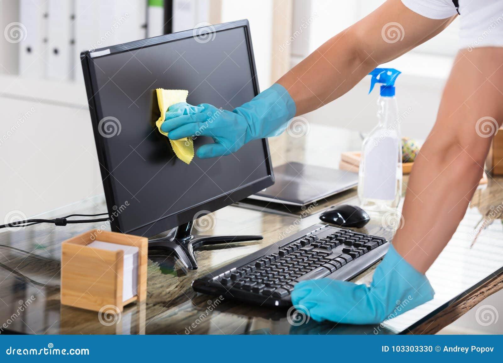 Close-up van een Portier Cleaning Computer Screen