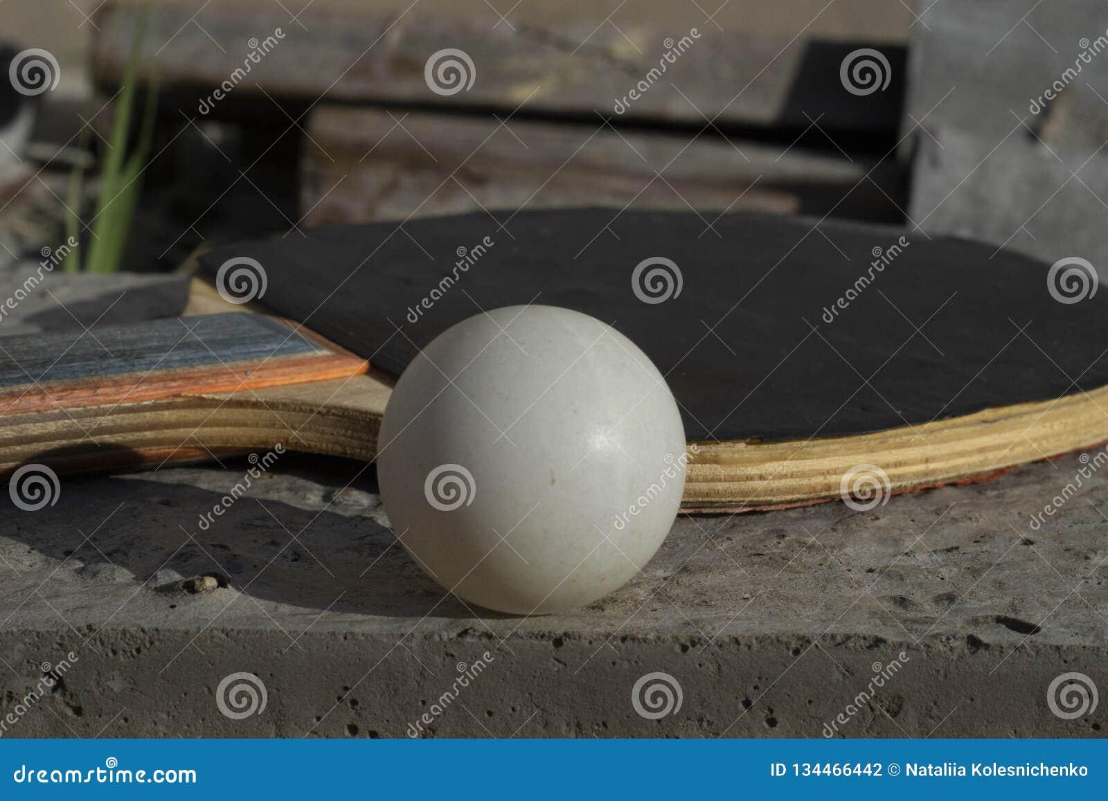 Close-up van een racket en een bal voor het spelen van pingpong met een zachte achtergrond