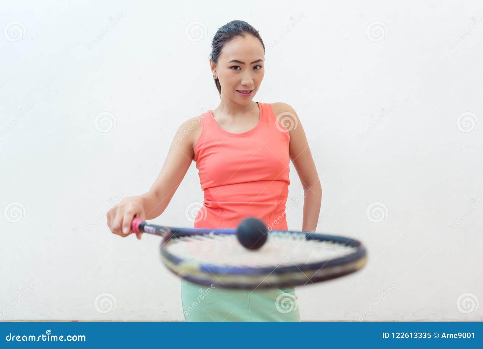 Close-up van een rubber holle bal op de nieuwe pompoenracket van een geschikte vrouw