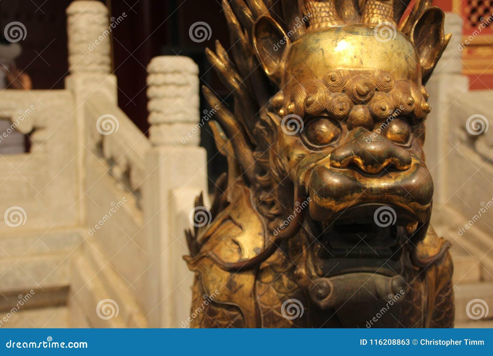 Close-up van een Verguld leeuwstandbeeld, Verboden Stad, Peking