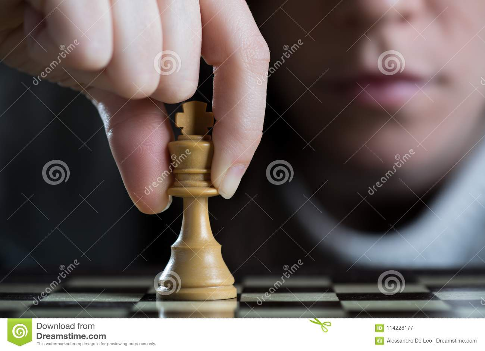 Close-up van een Vrouw het Spelen Schaak