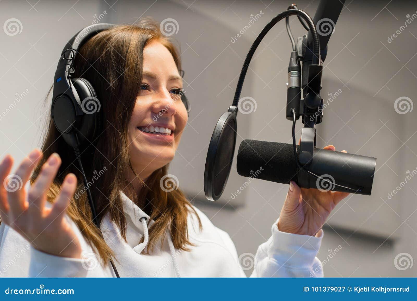Close-up van een Vrouwelijke Jockey Communicating On Microphone in Radiostudio
