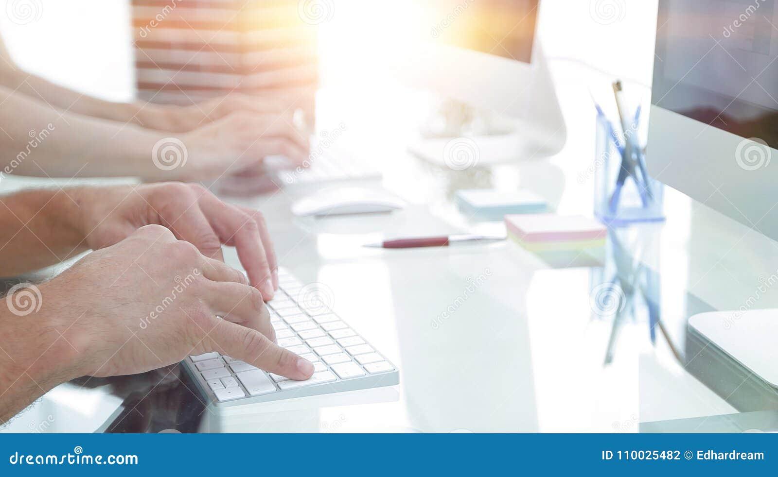 Close-up van een werkplaats met een computer in een modern bureau