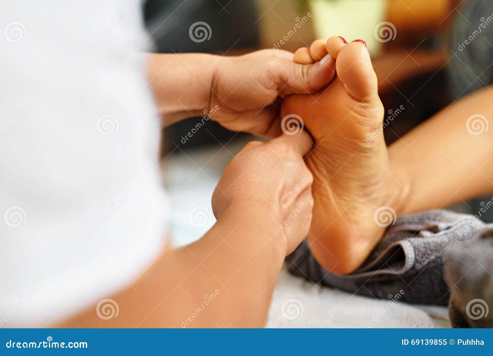 Close-up van een Young Woman Getting Spa Behandeling De zorg van de lichaamshuid Masseur die Voeten masseren Kuuroord - 7