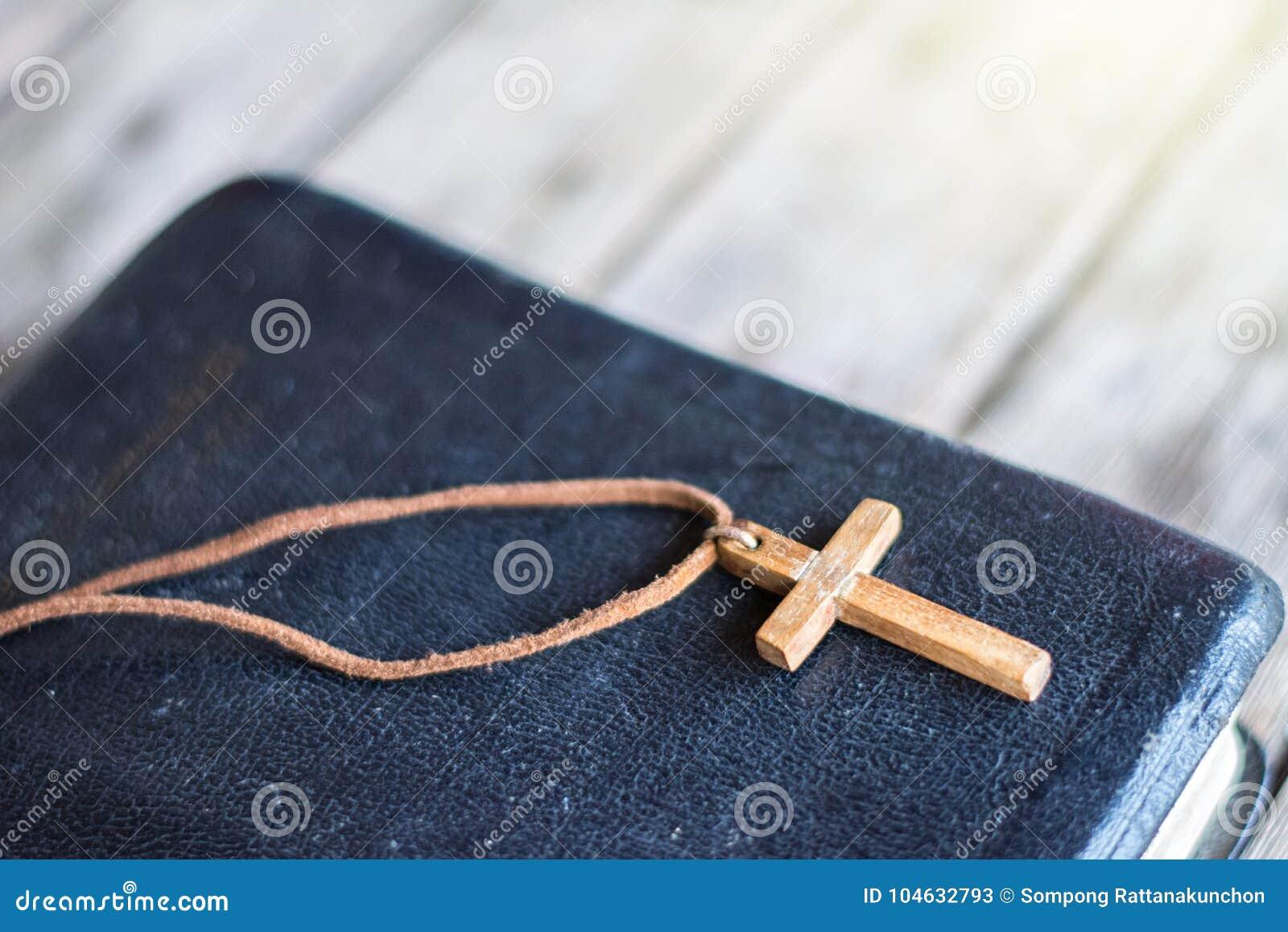 Download Close-up Van Eenvoudige Houten Christelijke Dwarshalsband Stock Afbeelding - Afbeelding bestaande uit boek, parels: 104632793