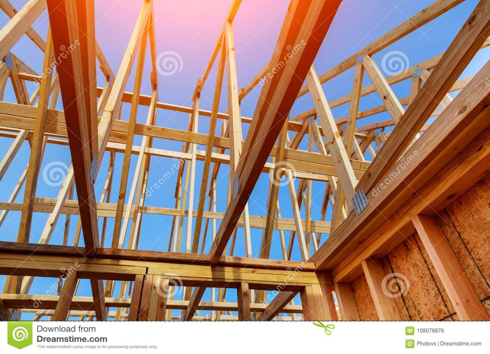 Close-up van geveltoppendak op stok gebouwd huis in aanbouw en blauwe hemel