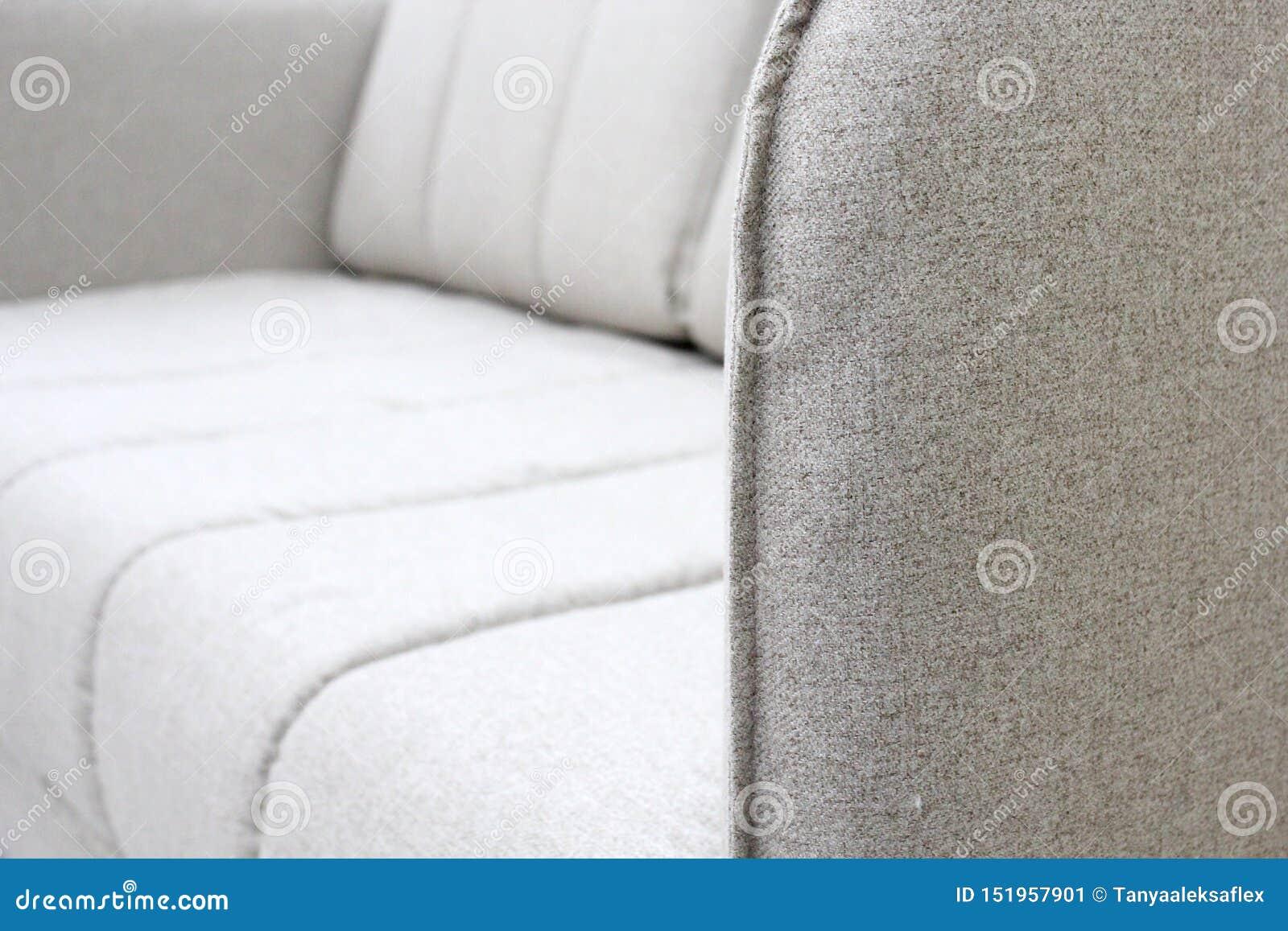 Close-up van grijze bank met armsteuntextiel, nieuw meubilair modern ontwerp met vrije ruimte voor tekst