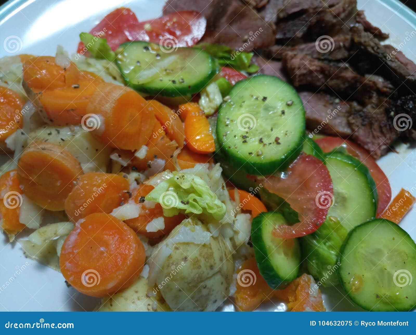 Download Close-up Van Groenten En Salade Met Vlees Op Witte Plaat Stock Afbeelding - Afbeelding bestaande uit salade, vlees: 104632075