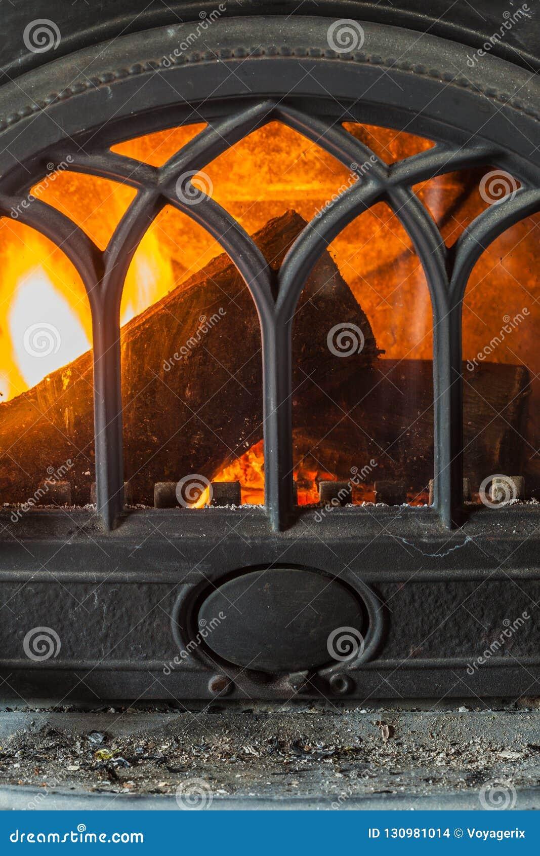 Close-up van het branden van brandhout in huisopen haard