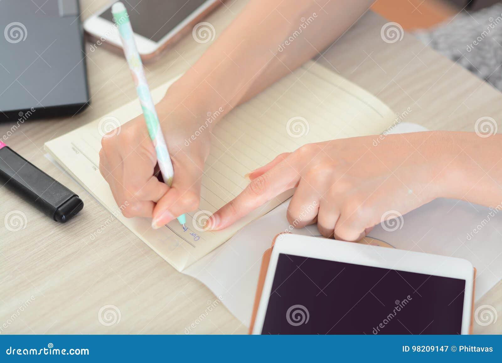 Close-up van het Document van Studentenhands writing on