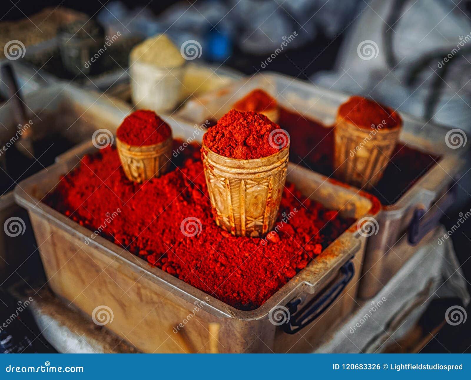 Close-up van het eigengemaakte rode kruid verkopen wordt geschoten die