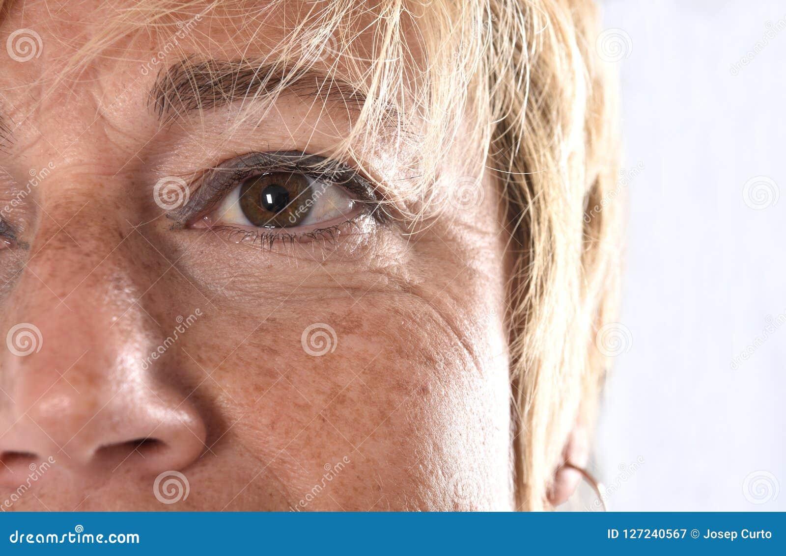 Close-up van het gezicht van een vrouw op middelbare leeftijd