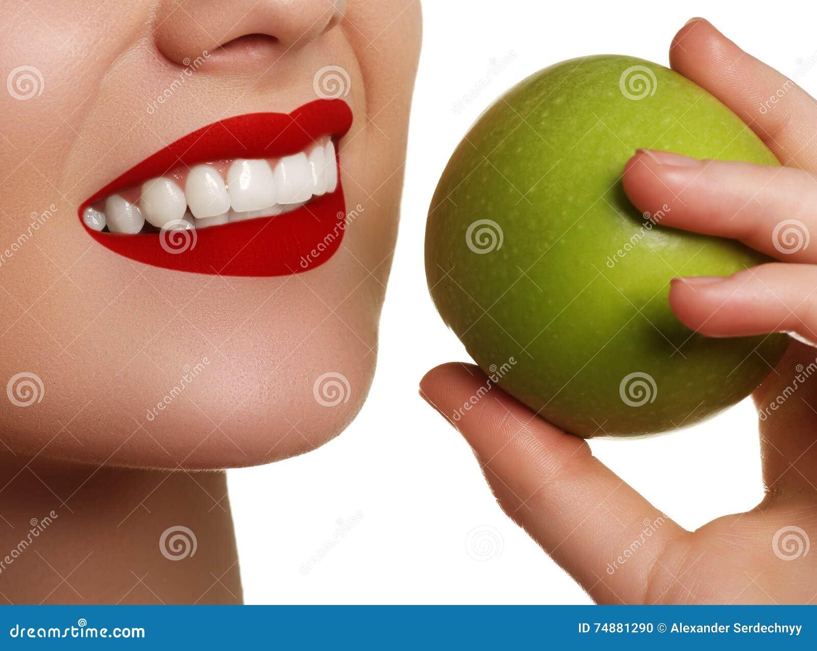Close-up van het gezicht van een vrouw die een groene appel, geïsoleerde ag eten