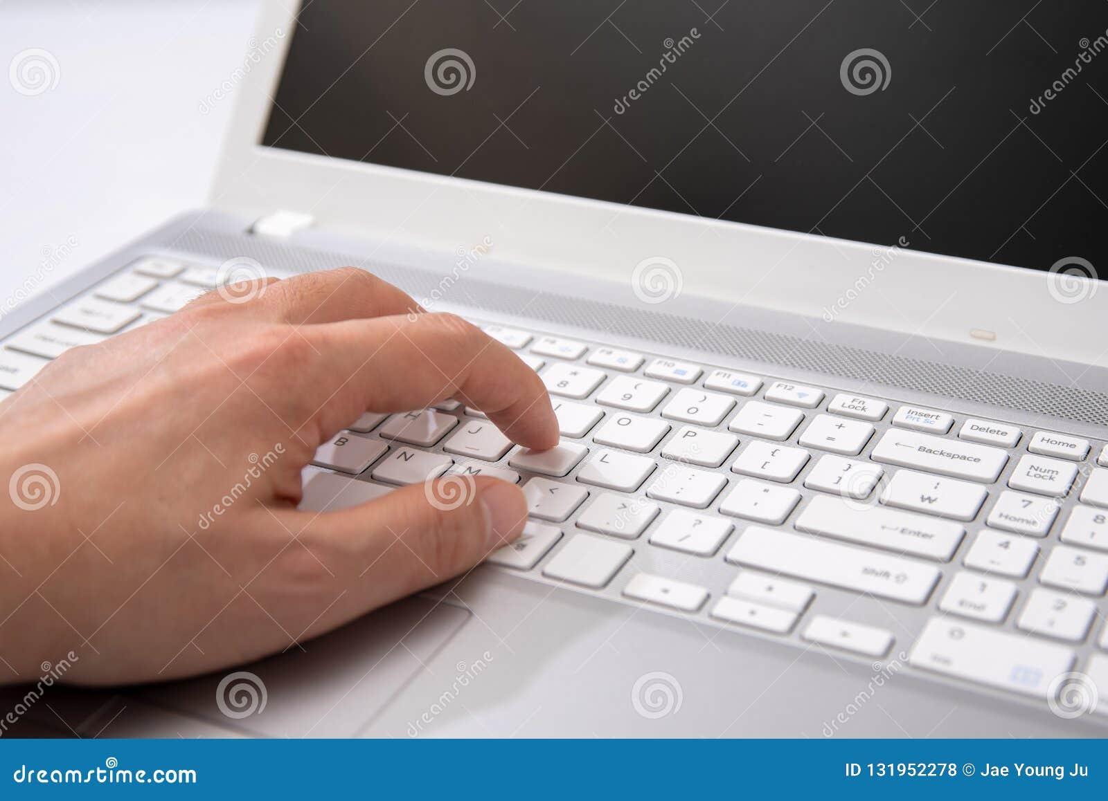 Close-up van het typen van bedrijfsmensenhanden op toetsenbord