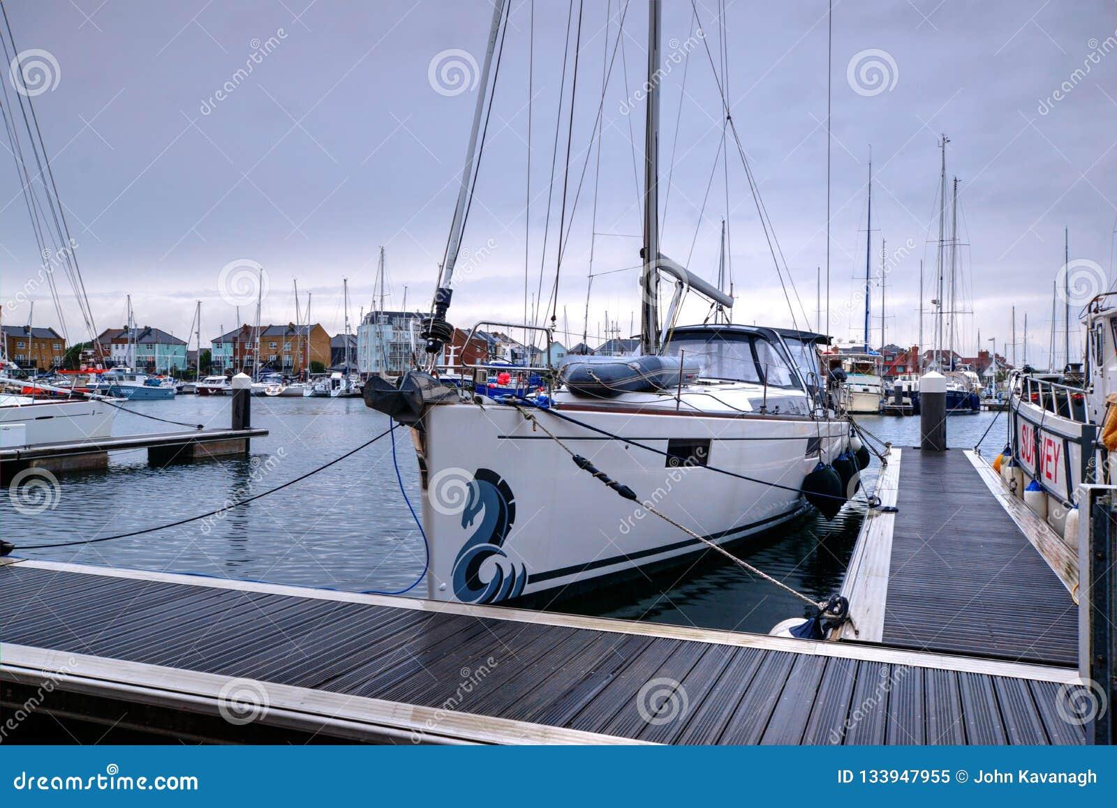 Close-up van Jacht in Soevereine Haven met Jachten, Boten en nieuw-Bouwstijlflats wordt vastgelegd op Achtergrond die