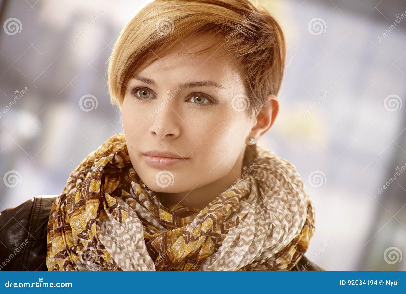 Close-up van jonge vrouw in sjaal op een de lentedag