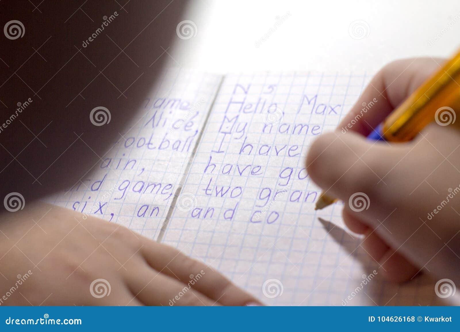 Download Close-up Van Jongenshand Met Potlood Die Engelse Woorden Met De Hand Op Traditioneel Wit Blocnotedocument Schrijven Stock Foto - Afbeelding bestaande uit thuiswerk, voor: 104626168
