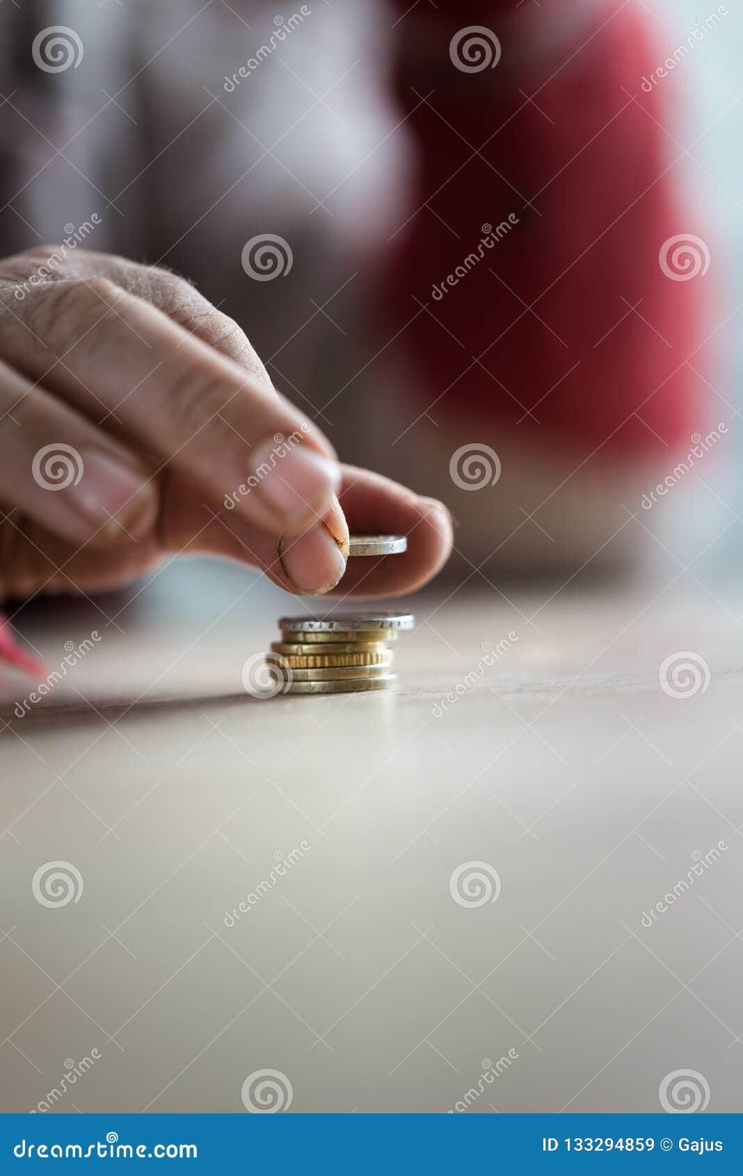 Close-up van mannelijke hogere hand die Euro muntstukken tellen
