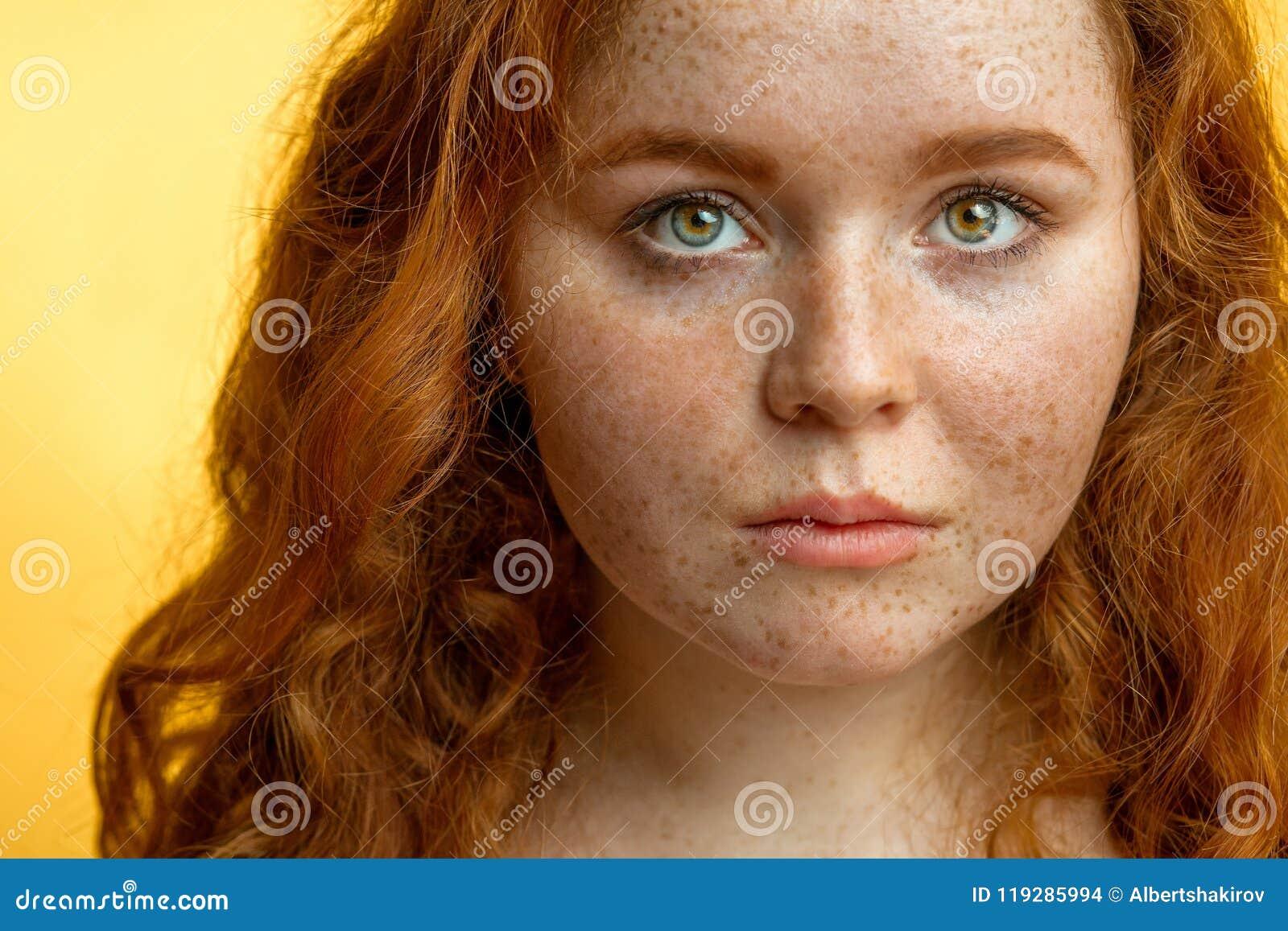 Close-up van mooi roodharig freckled meisje met los krullend haar