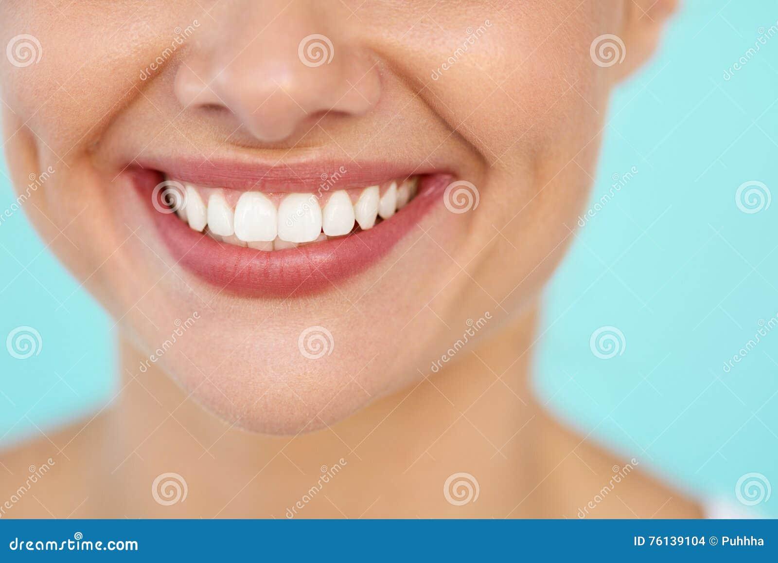 Close-up van Mooie Glimlach met Witte Tanden Vrouwenmond het Glimlachen