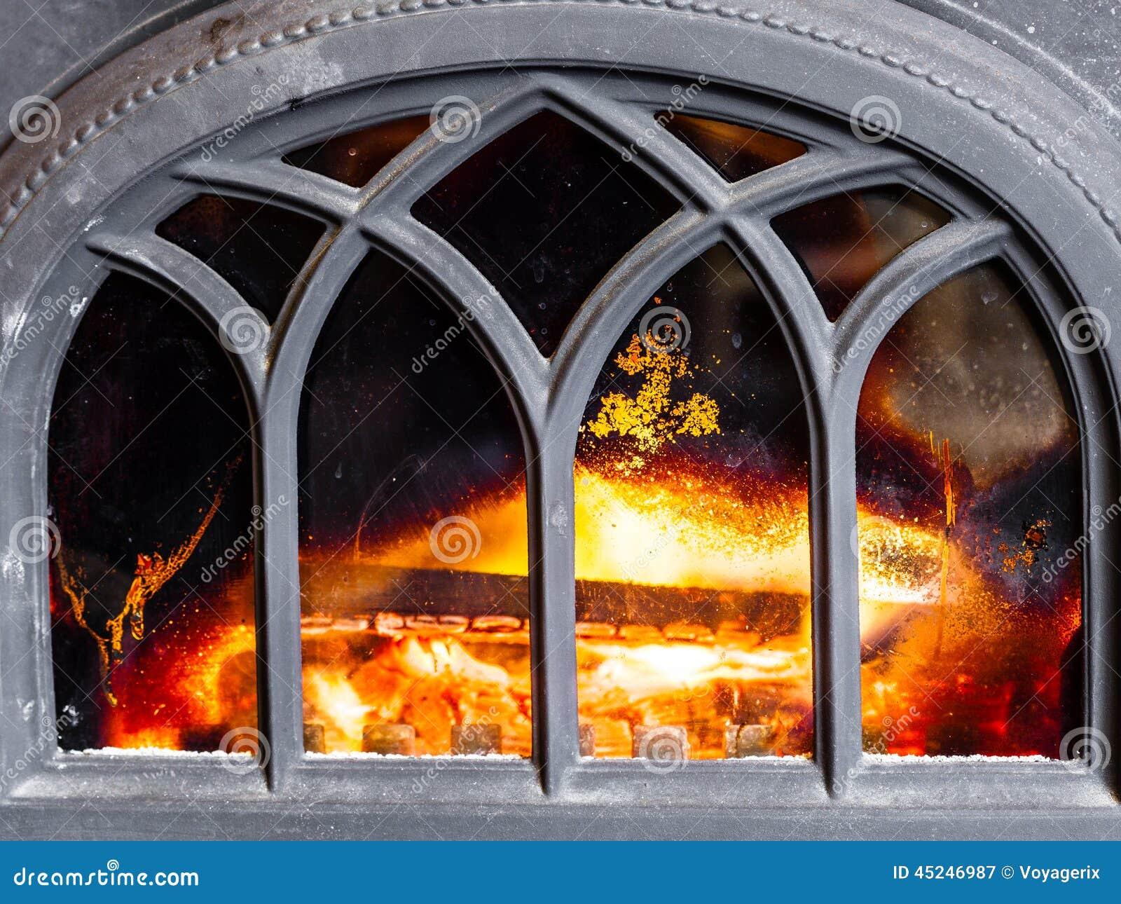 Close-up van open haard met het oranje binnenland van de brandvlam heating