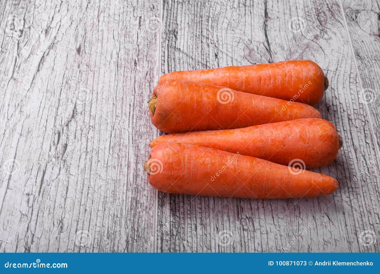 Close-up van oranje wortelen, groentenhoogtepunt van carotine voor gezonde, gezonde smoothies op een lichte houten achtergrond