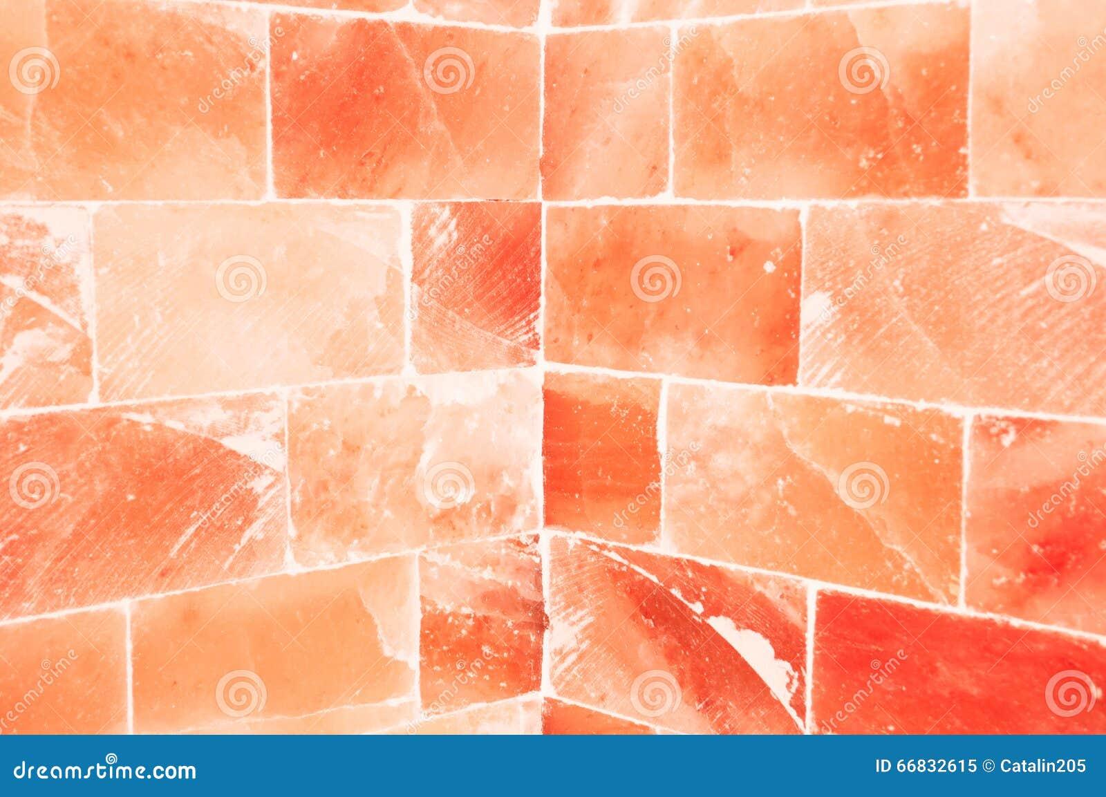 Close-up van oranje zoute muur binnen saunaruimte