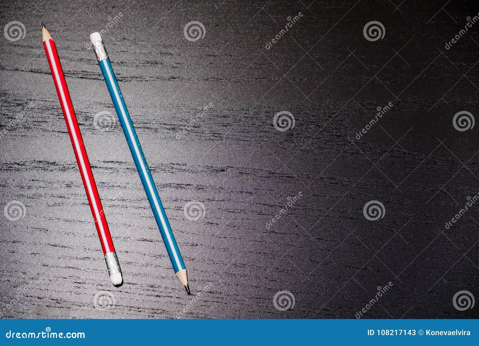 Close-up van potloodgom op houten lijst, zachte nadruk De fout wist concept verbeter of wis afgelopen fouten