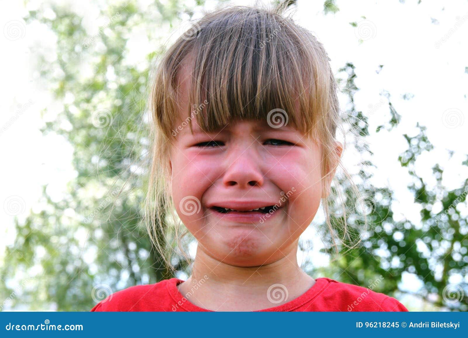 Close-up van schreeuwend meisje in openlucht