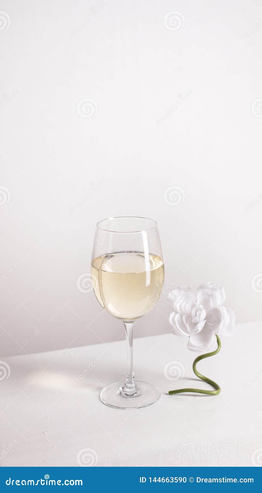 Close-up van transparant duidelijk kristalglas witte wijn