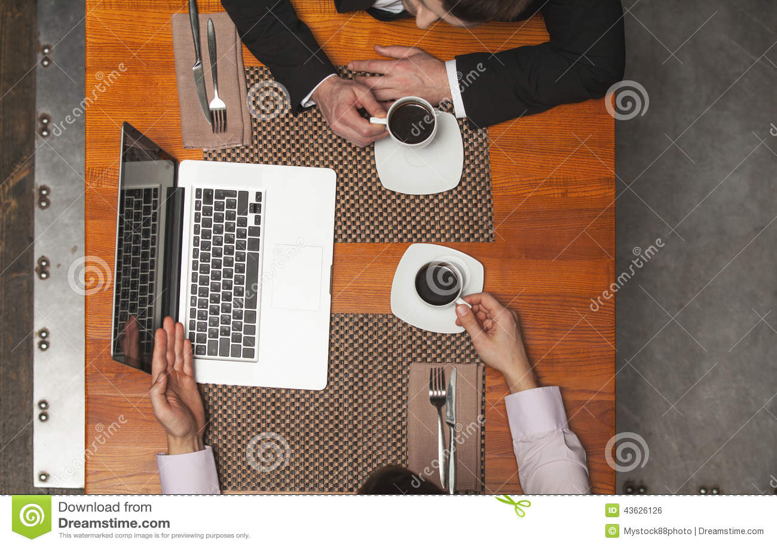 Close-up van twee zakenlieden die in koffie zitten en laptop met behulp van
