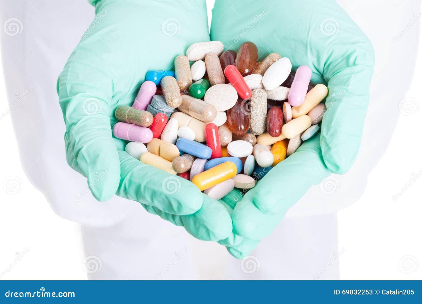 Close-up van vele pillen, capsules en tabletten in artsenhanden