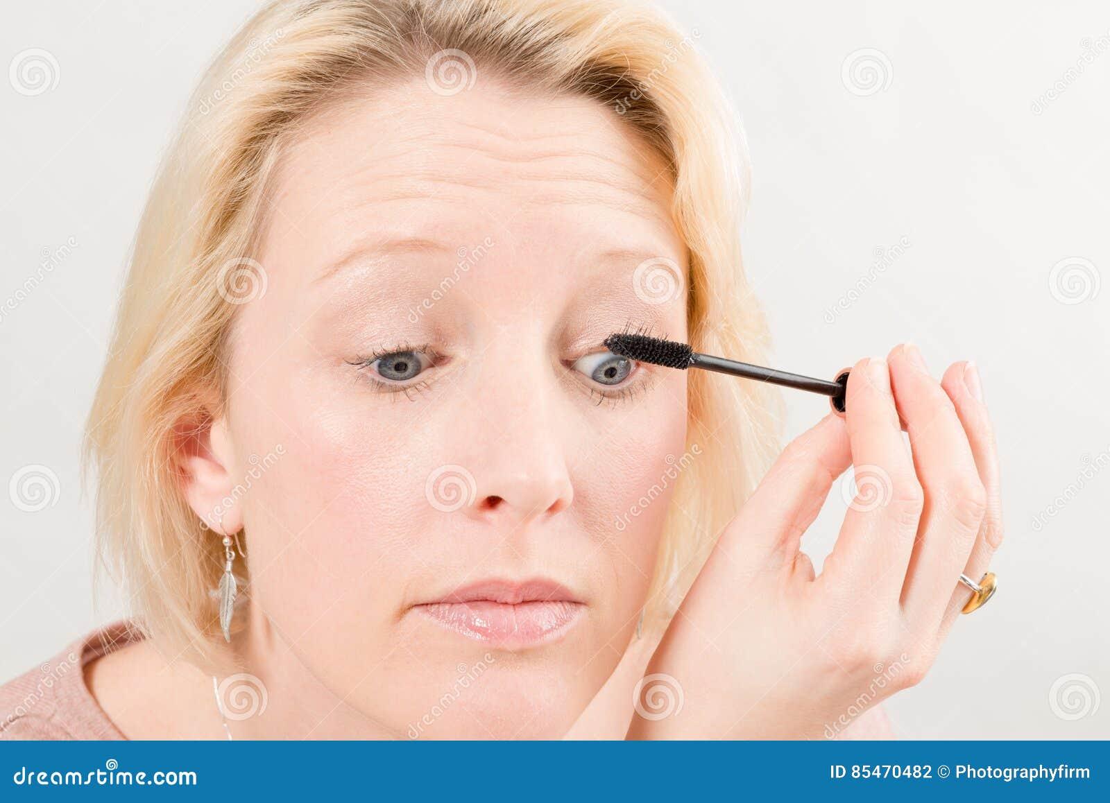 Close-up van Vrouw die Mascarasamenstelling toepassen