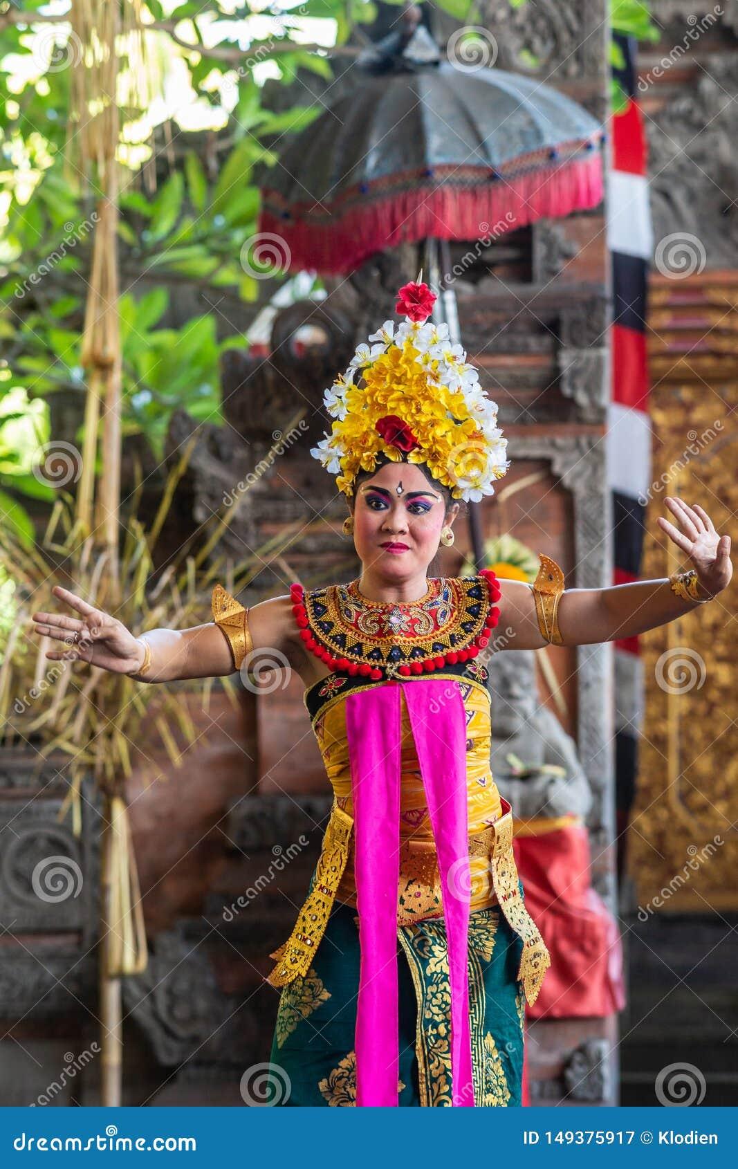 Close-up van vrouwelijke danser bij de Dansstudio van Sahadewa Barong in Banjar Gelulung, Bali Indonesi?