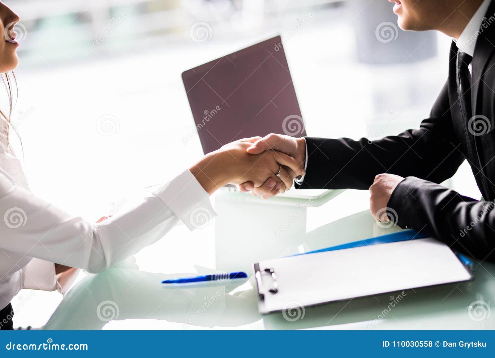 Close-up van Zakenlui die Handen schudden bij Bureau na teken van contract