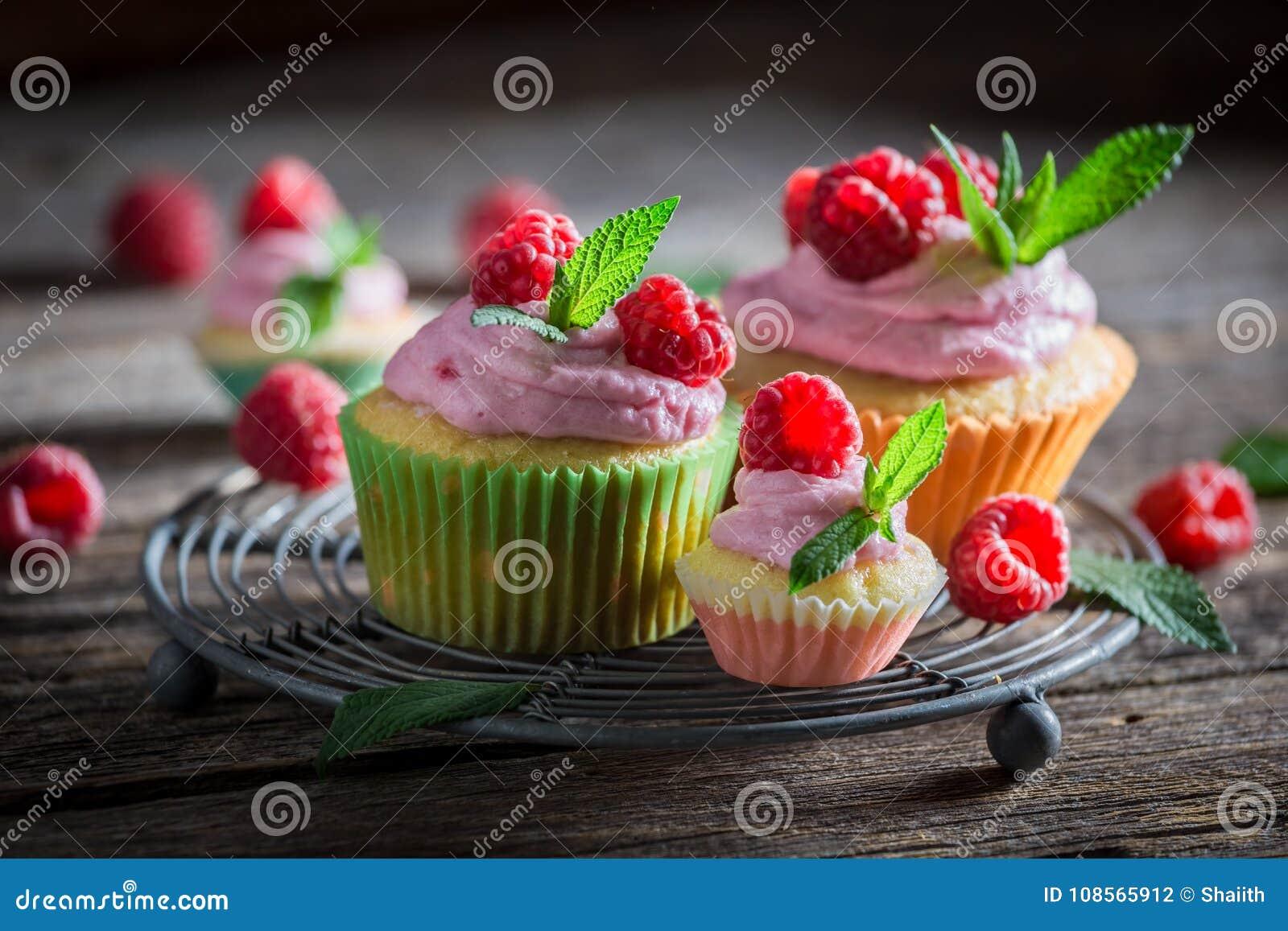 Close-up van zoete die framboos cupcake van verse vruchten wordt gemaakt