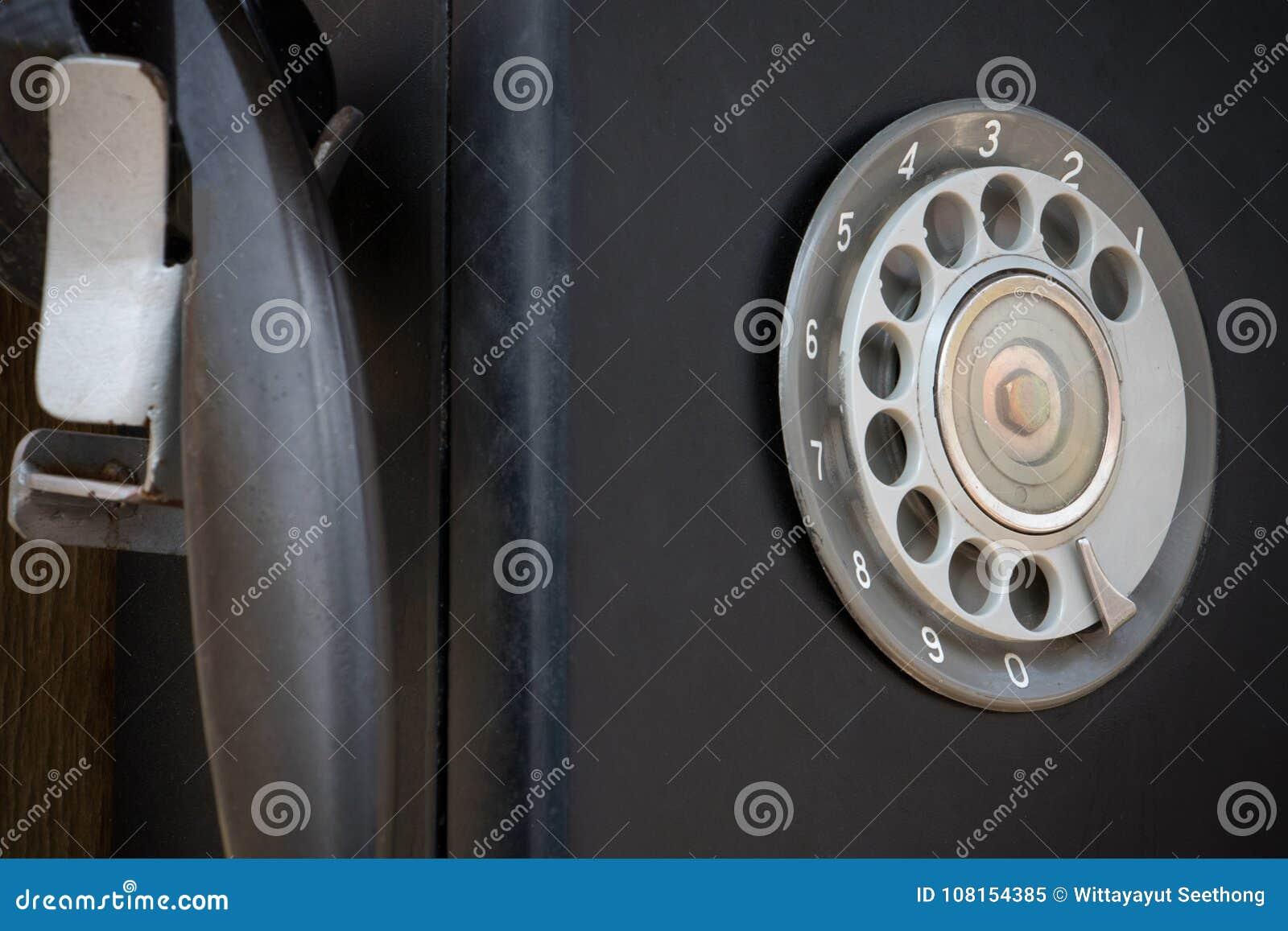 Close-up van zwarte retro uitstekende telefoon met roterend dialer of wijzerplaat-stootkussen