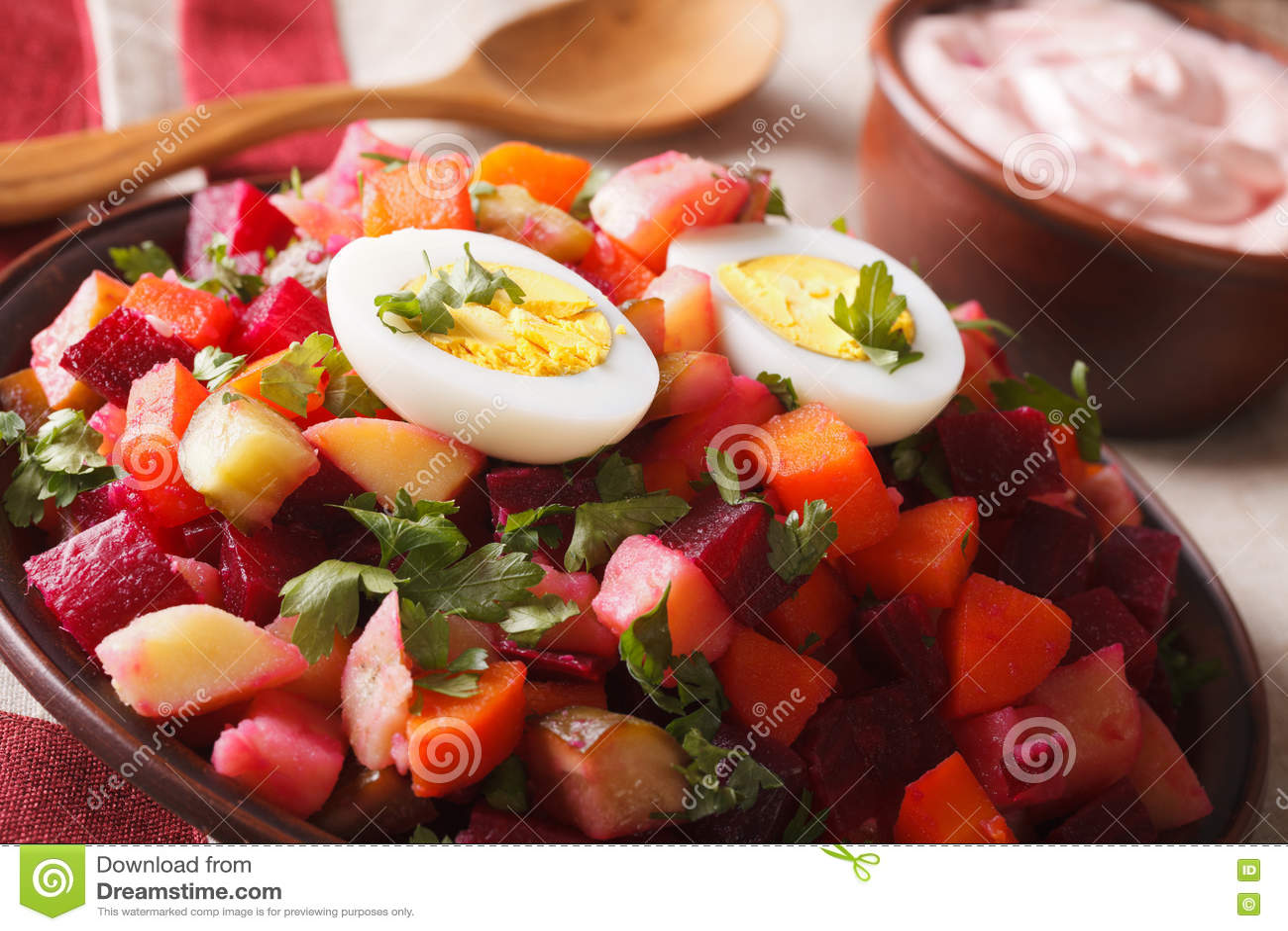 Close-up vegetal da salada e do molho do rosolli finlandês horizontal