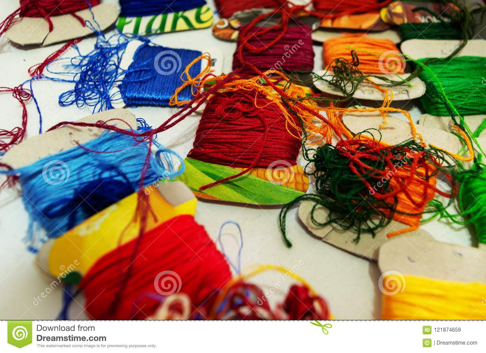 Close-up vele multicolored draden op karton