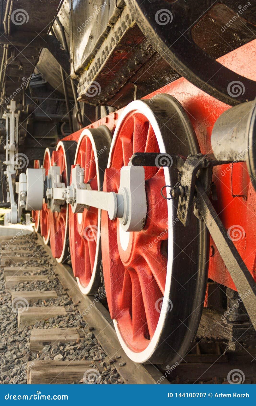 Close up vermelho velho das rodas da locomotiva de vapor