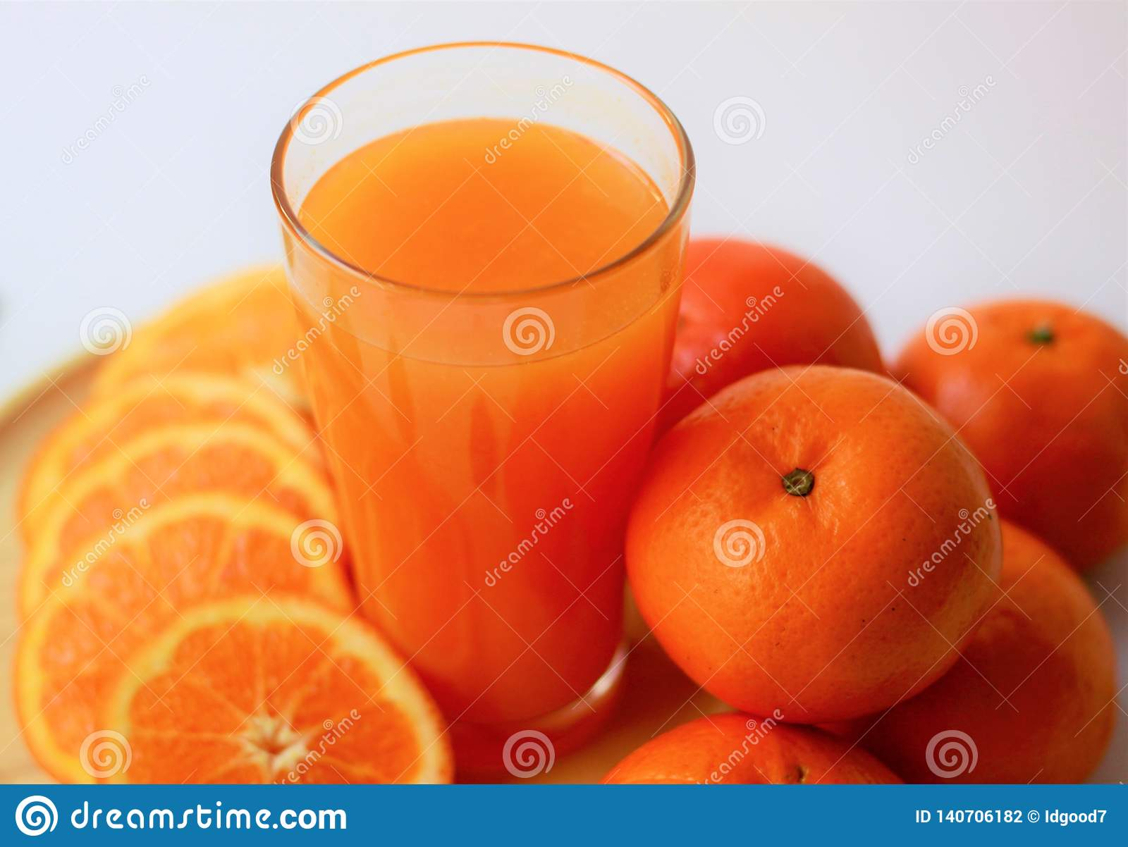 Close-up vers jus d orange in glas, sinaasappelen en plakken van sinaasappelen, gezonde dranken, verse vitaminen