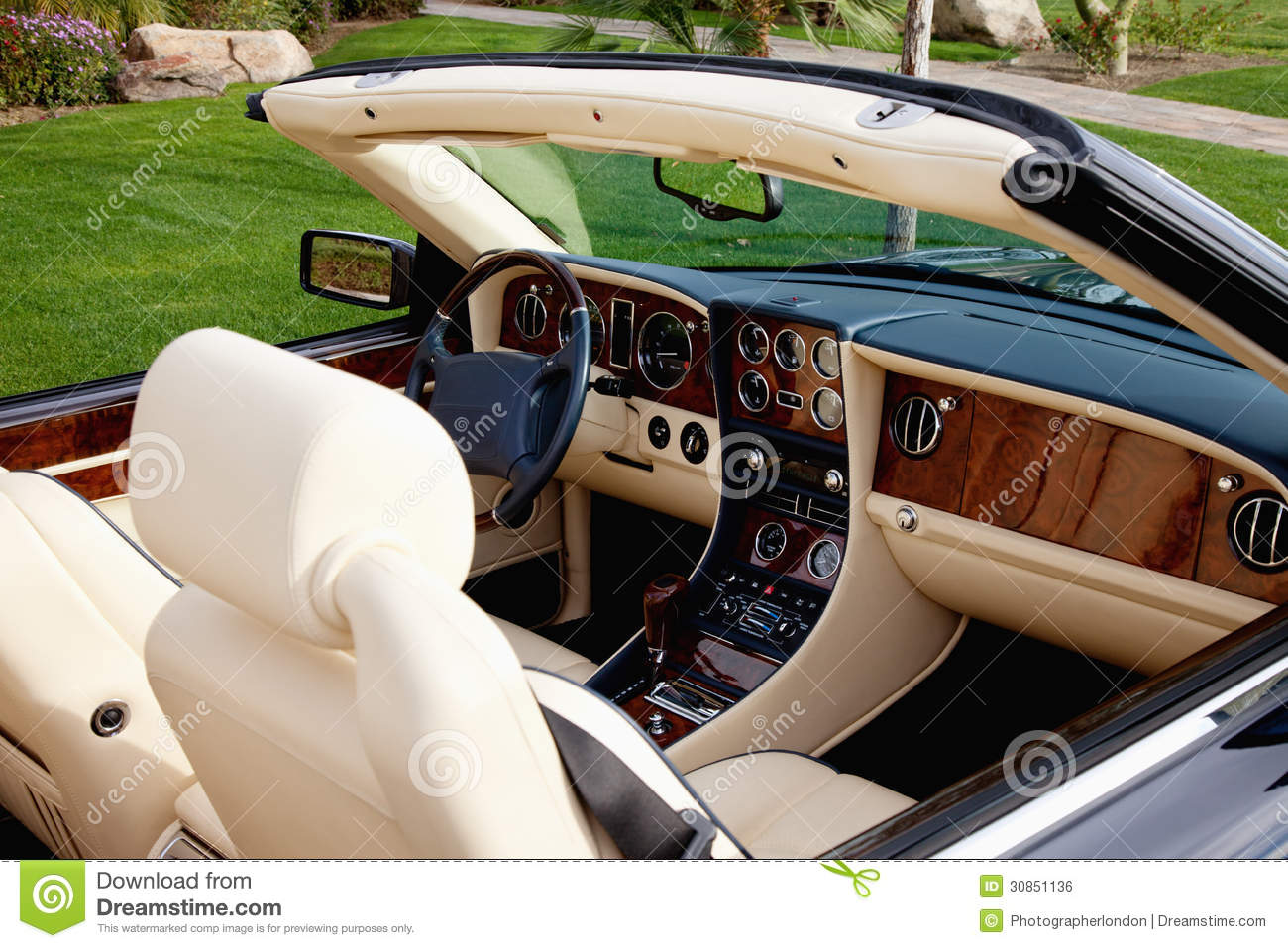 Close up view of luxury car 39 s interior with hi tech for Interieur voiture de luxe