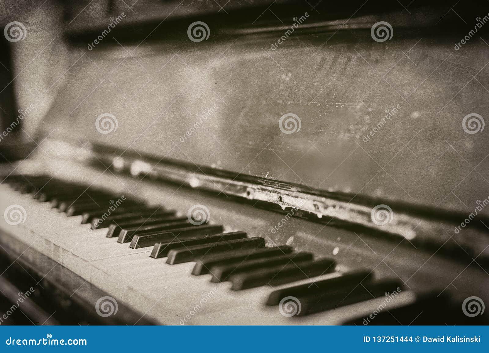 Close up vintage velho do piano riscado em monocromático - fotografia retro