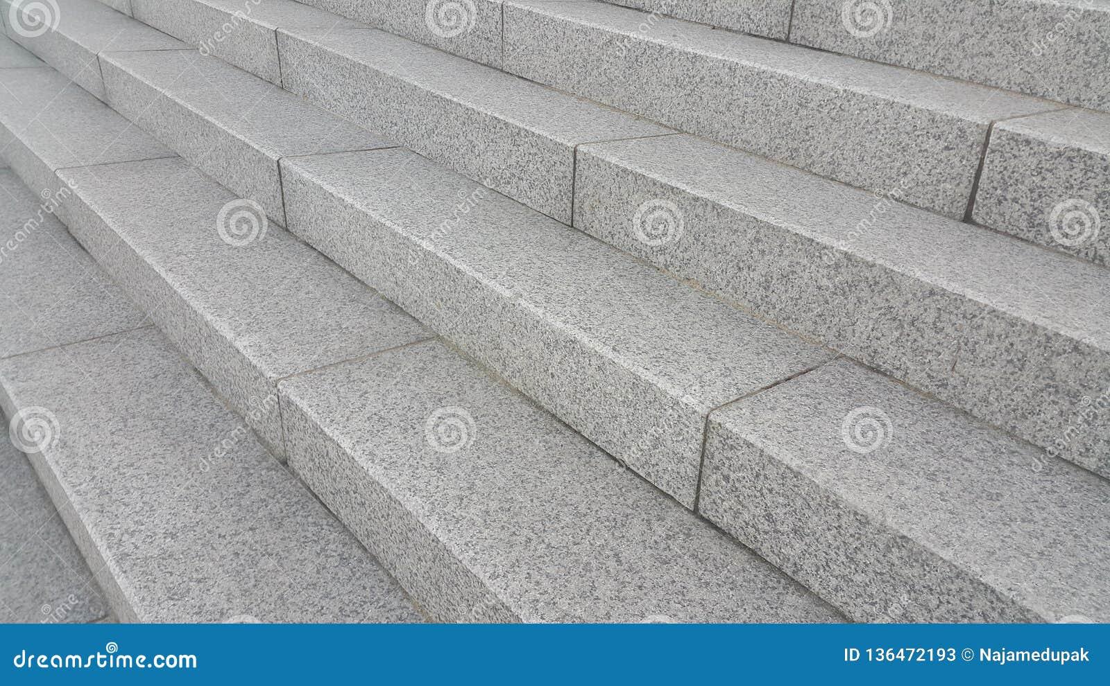 Close-up vire van grijze concrete treden met donkere concrete lijnen op voetstappen