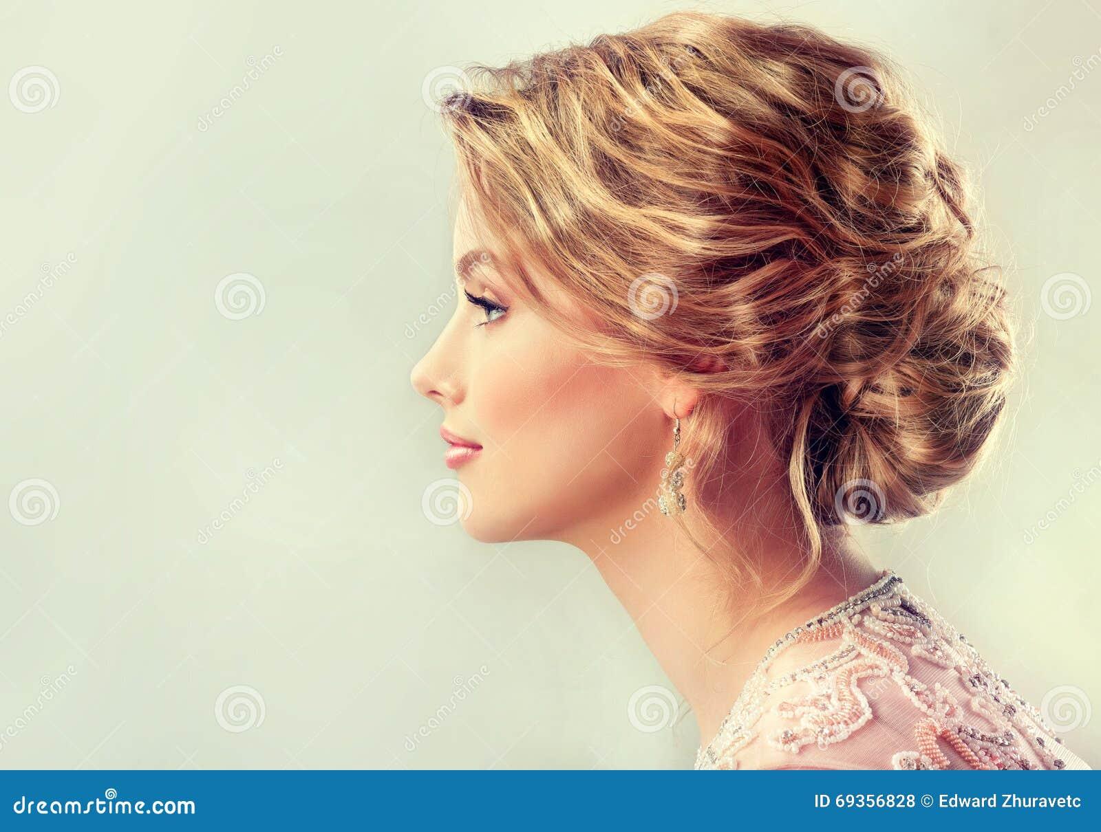 Close-upbeeld van huwelijk en avondkapsel