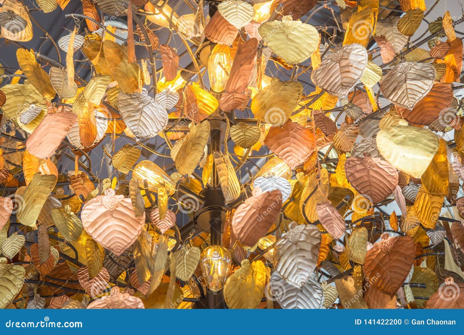 Close-upbeelden van kroonluchters aan de bladeren dat van vormpho worden ontworpen