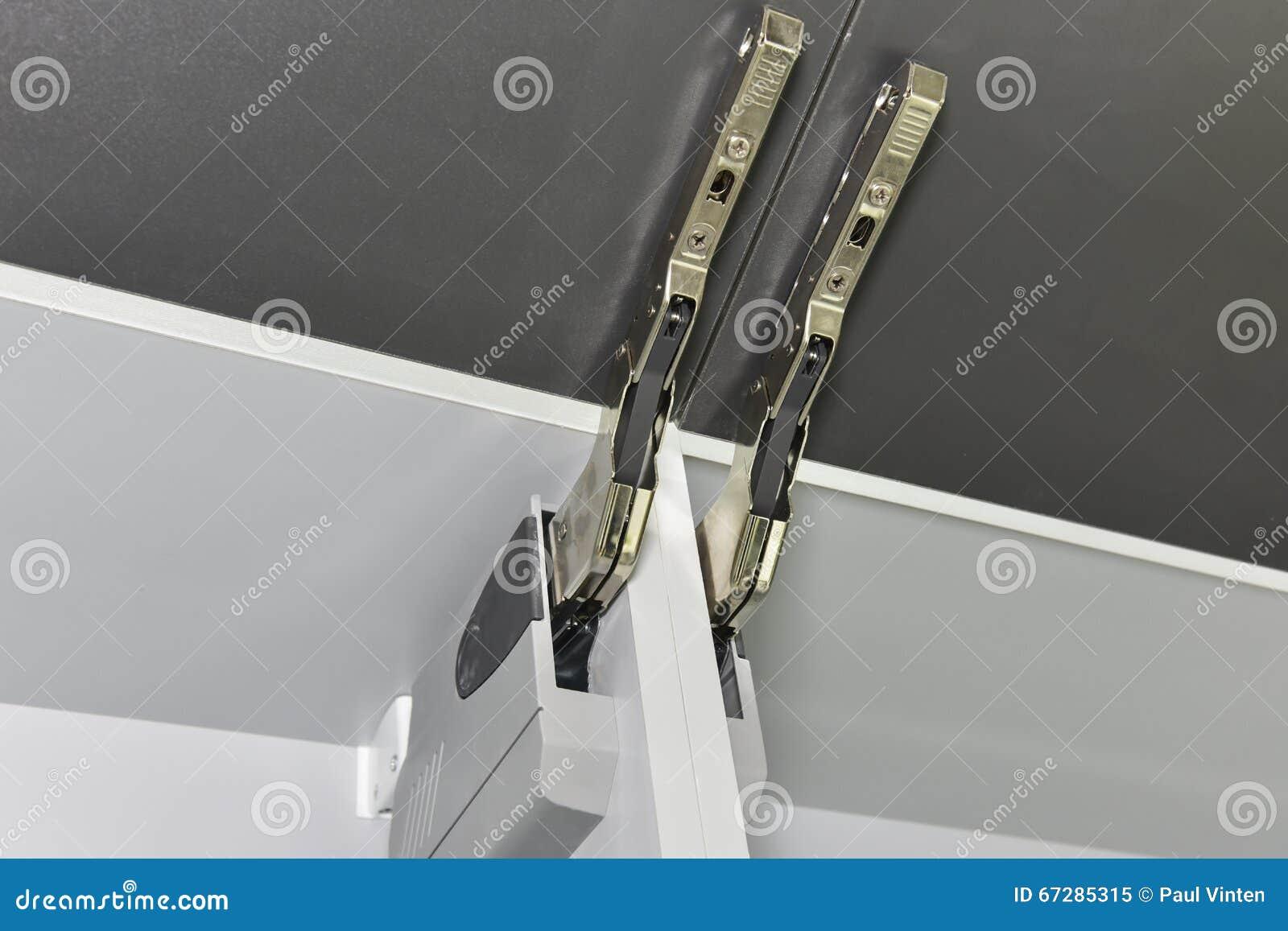 Extreem Close-updetail Van Een Scharnier Op Keukenkast Stock Afbeelding XM23
