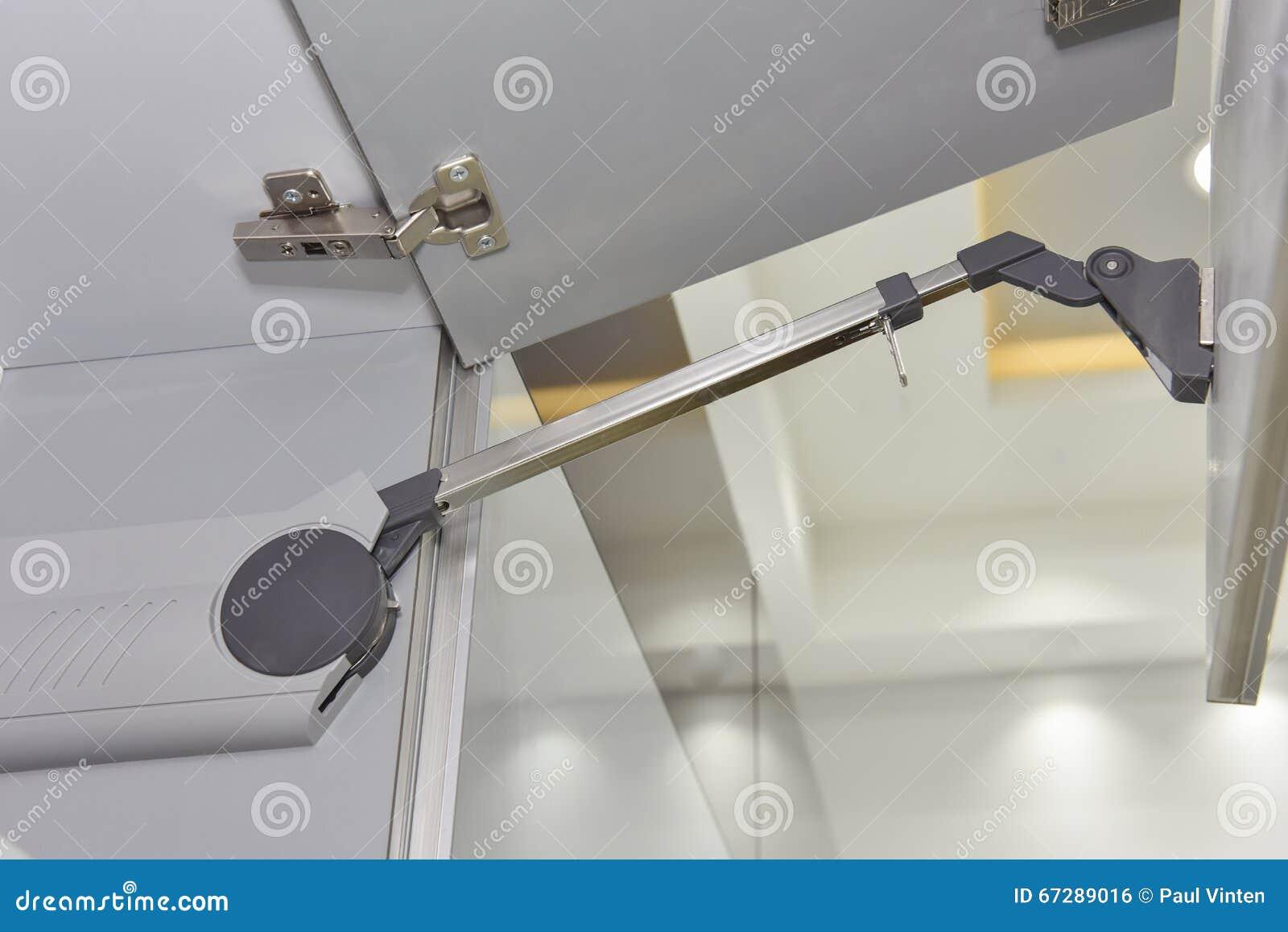 Keuken Scharnieren Monteren : Close updetail van een scharnier op keukenkast stock foto