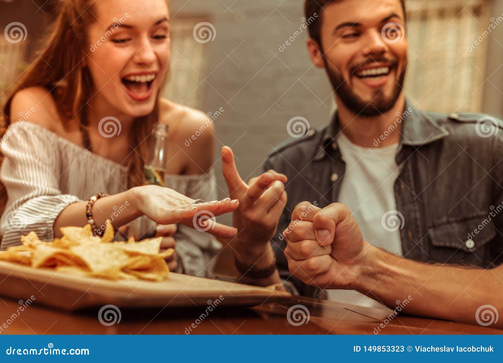 Close-upfoto van vrienden die een lach delen en spelen spelen