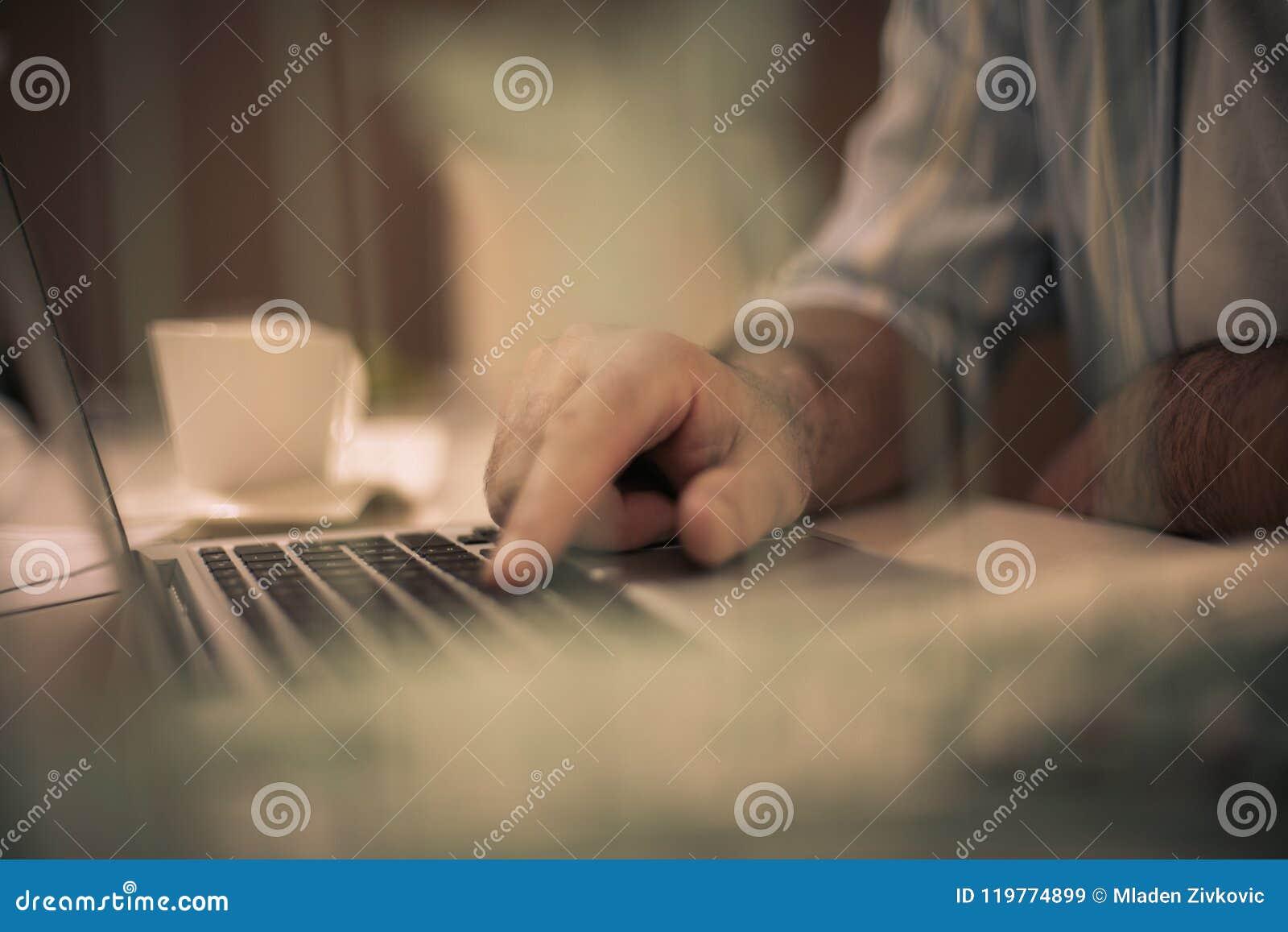 Close-uphand het typen toetsenbordcomputer